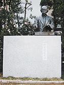 早稲田大学演劇博物館前歌碑