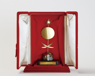 「カンヌ国際映画祭25周年記念功労賞」トロフィー(世田谷文学館蔵、世界十大監督の一人として贈られた記念品)