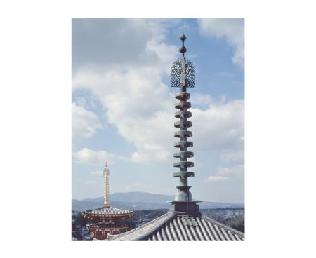 《薬師寺 双塔相輪》 小川光三撮影 ©飛鳥園
