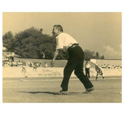 左手で投げる八一(新潟・白山球場にて 昭和20年代)