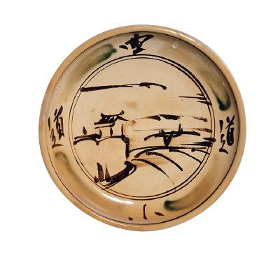 富本憲吉《土焼 鉄描銅彩曲る道模様 大皿》(1929年、奈良県立美術館蔵)