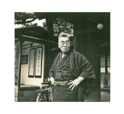北方文化博物館新潟分館前の會津八一(昭和20年代後半)