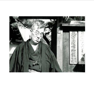 北方文化博物館新潟分館門前に立つ會津八一(1954年以降)